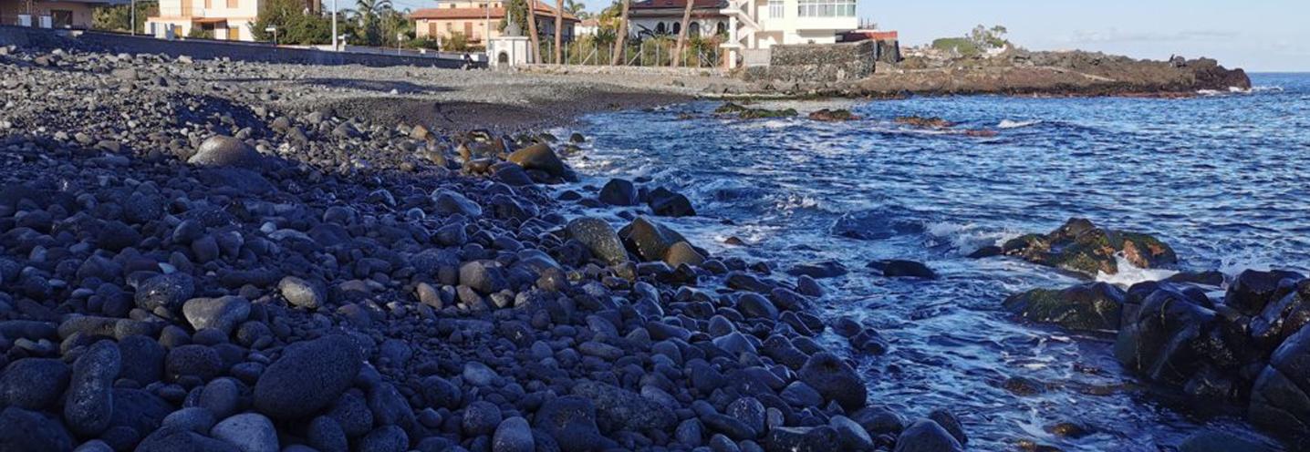 ACIREALE – Santa Tecla – I ciottoli e i massi della spiaggia