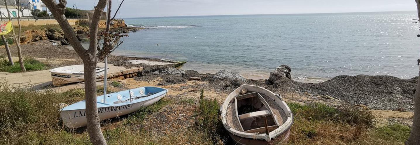 CAMPOBELLO DI MAZARA – Torretta Granitola centro – Imbarcazioni e posidonia spiaggiata occupano parte della pocket beach