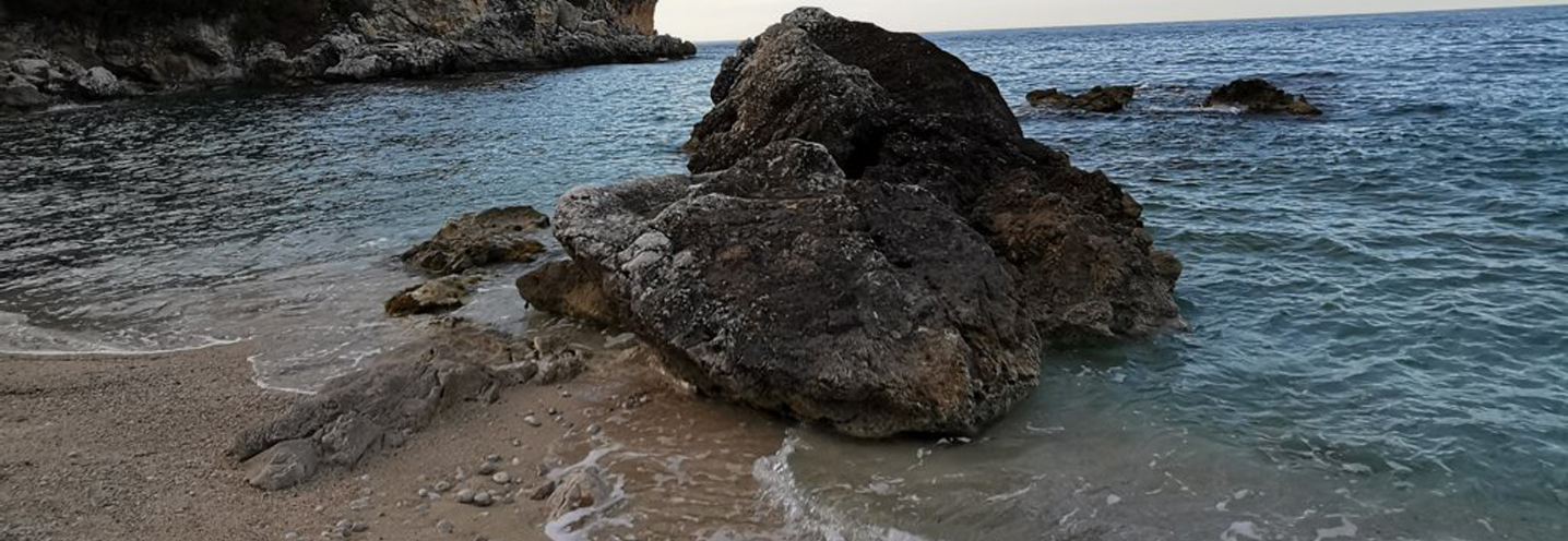 CASTELLAMMARE DEL GOLFO – Calamazzo ovest – Battigia con presenza di scogli