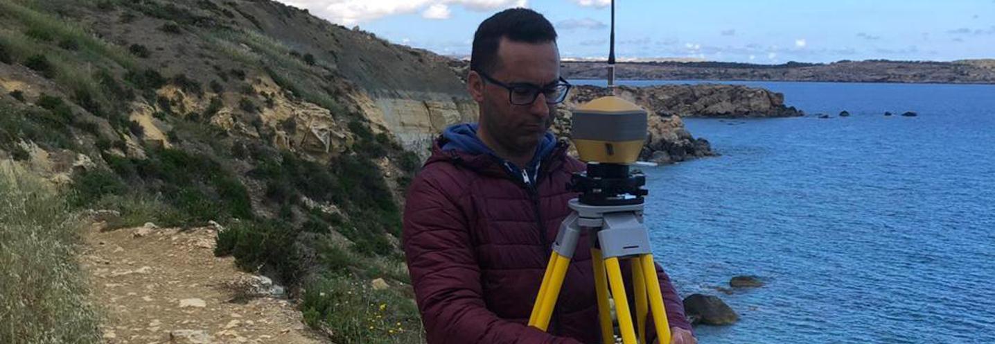 MELLIEHA – IMGIEBAH BAY – Giovanni Barreca prepara la strumentazione GPS