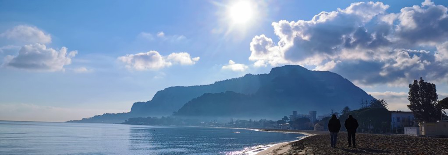 PALERMO – Mondello – Il litorale visto dal promontorio di NO e il monte Pellegrino sullo sfondo