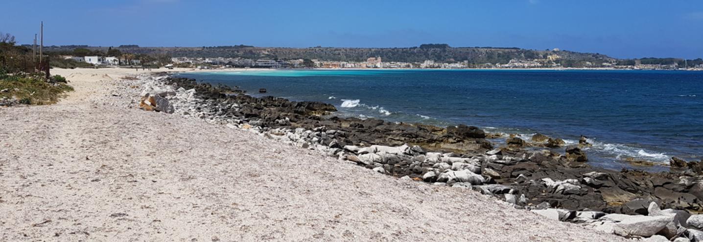 SAN VITO LO CAPO – Affioramento sulla battigia nel settore orientale della pocket beach