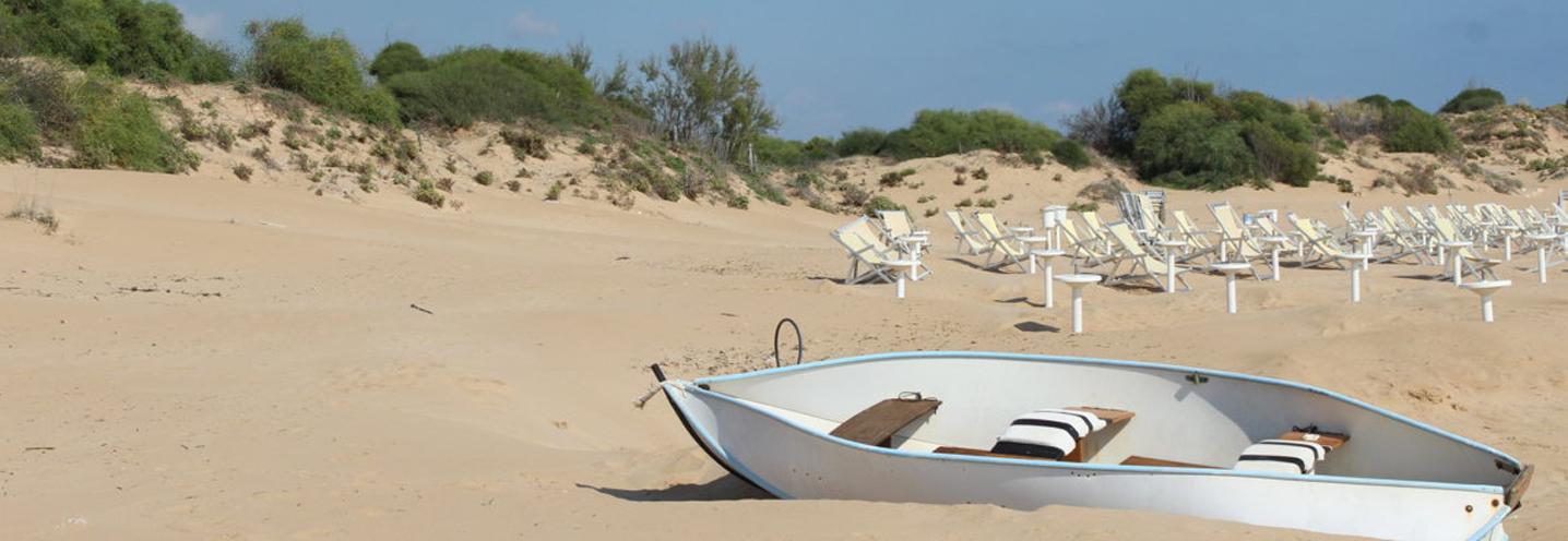 SCICLI – Sampieri Fornace Penna – Piccola imbarcazione sulla spiaggia