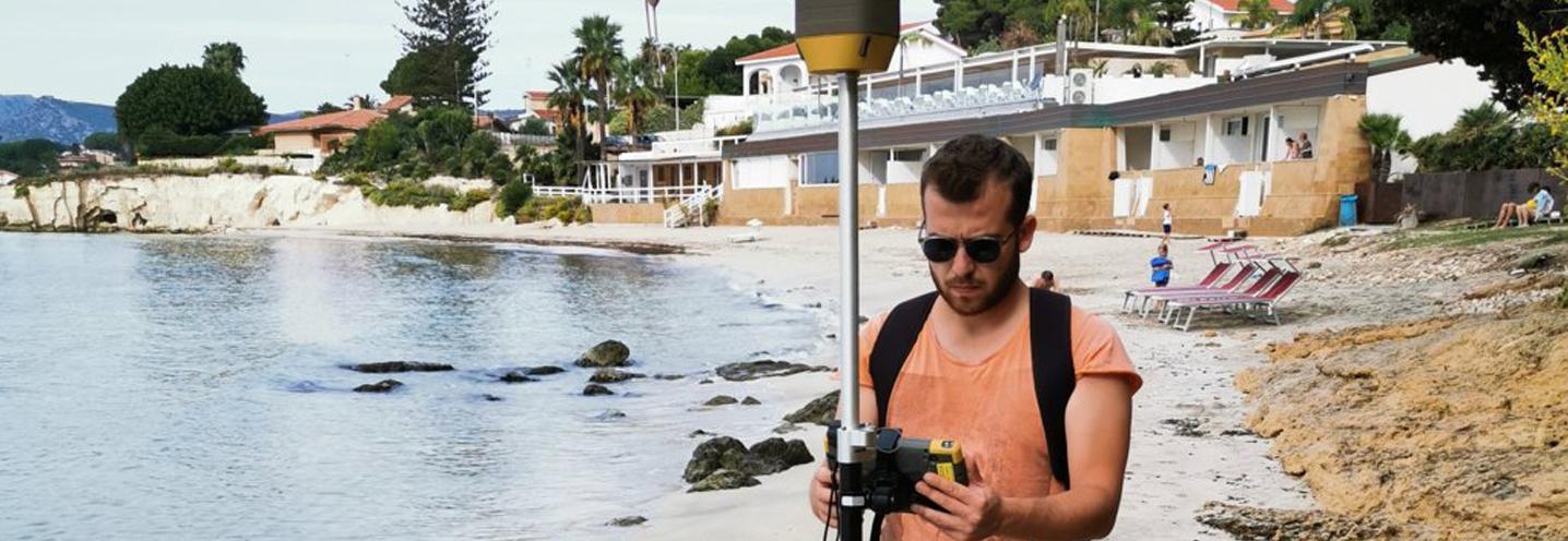 SIRACUSA – Fontane Bianche nord – Francesco Gregorio attento nell'acquisizione dei dati GPS
