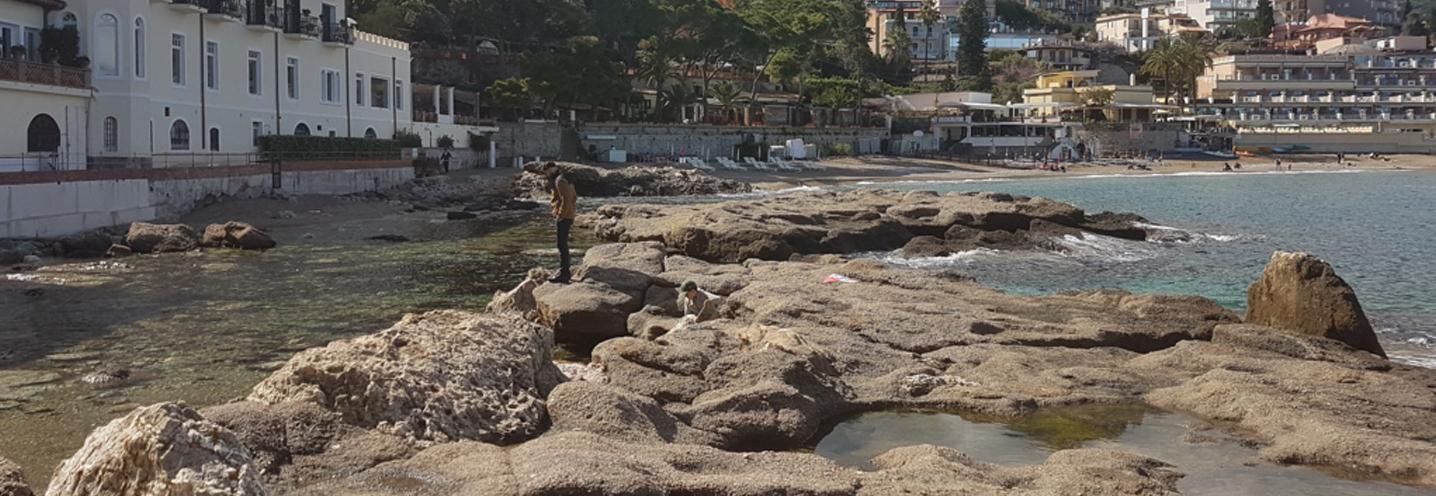 TAORMINA – Mazzarò – Affioramento roccioso a sud della pocket beach
