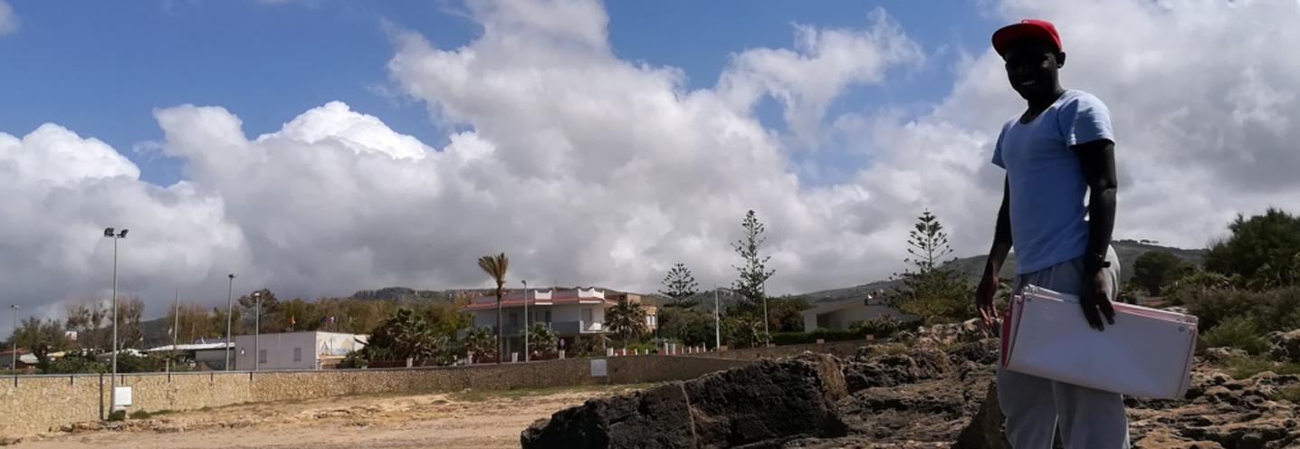 VALDERICE – Cortigliolo – Anselme Muzirafuti in posa sul promontorio