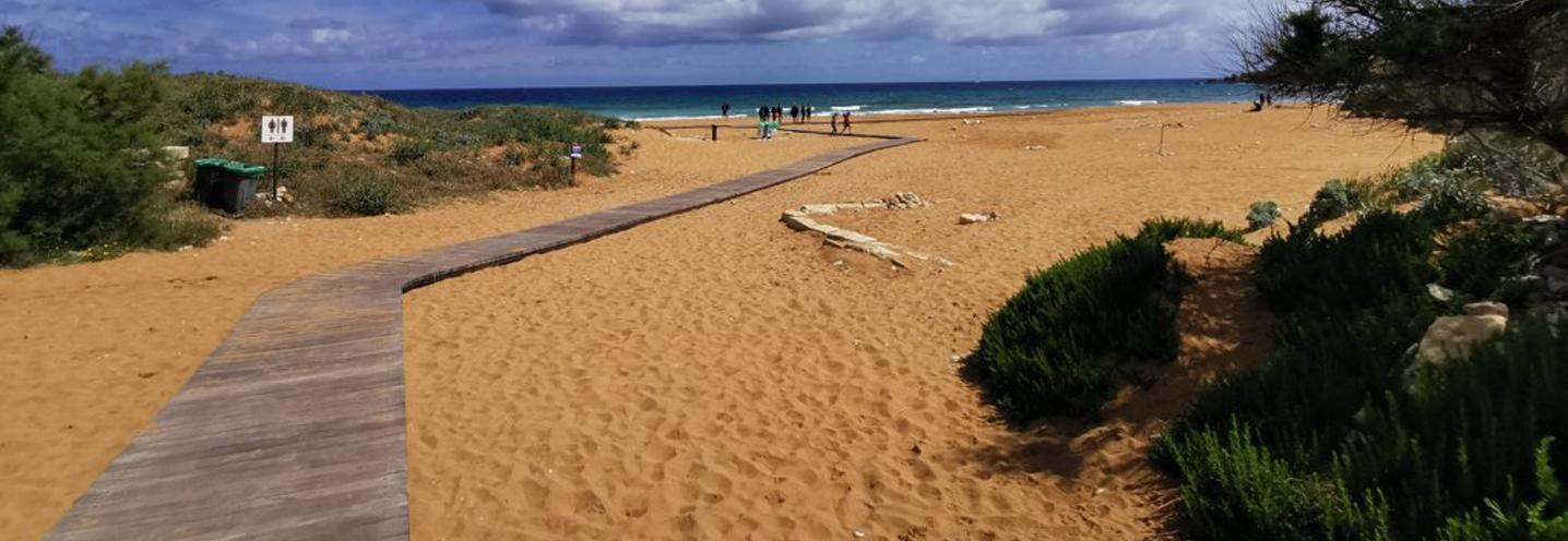 XAGHRA) – RAMLA BAY – La passerella che porta alla pocket beach